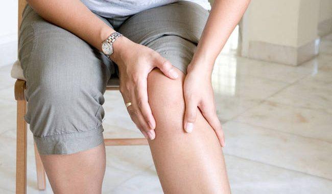Πόνος στα γόνατα: Πού μπορεί να οφείλεται;