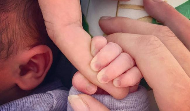 Γνωστοί ηθοποιοί έγιναν γονείς και αυτή είναι η πρώτη φωτογραφία του μωρού