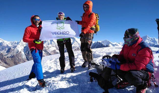 Ο Νίκος Μαγγίτσης κατέκτησε την κορυφή των Ιμαλαίων με την VECHRO υπερήφανο χορηγό στο πλευρό του!
