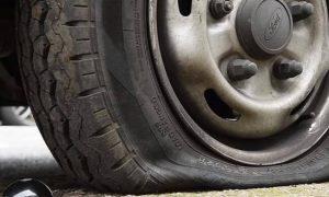 Δείτε την «μαγική» εφεύρεση που σκάει τα λάστιχα όσων παρκάρουν παράνομα στα πεζοδρόμια (vid)