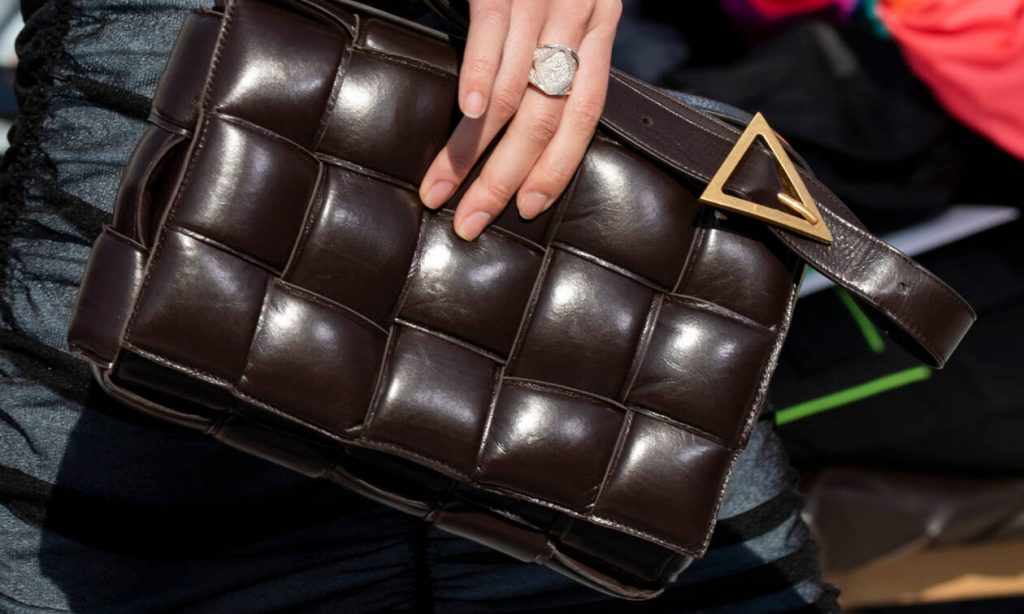 Οι καπιτονέ τσάντες της Bottega Veneta που θα μονοπωλήσουν το ενδιαφέρον μας αυτόν τον χειμώνα