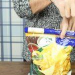 Διπλώνει τις άκρες από την σακούλα με τα πατατάκια – Μόλις δείτε γιατί θα το δοκιμάσετε αμέσως