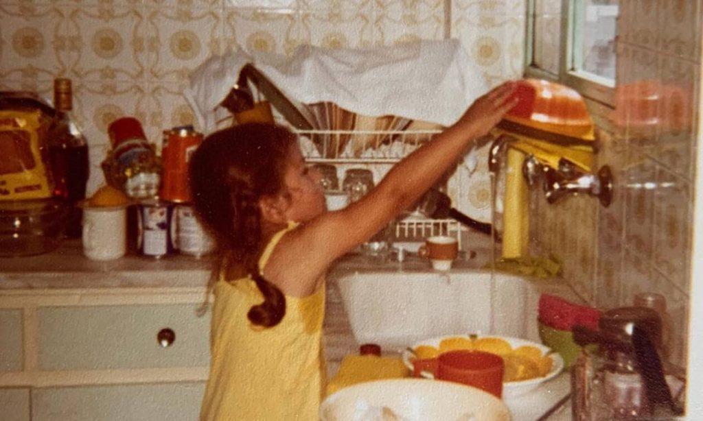Το κοριτσάκι της φωτογραφίας είναι πασίγνωστη Ελληνίδα παρουσιάστρια - Την αναγνωρίζετε; (pics)