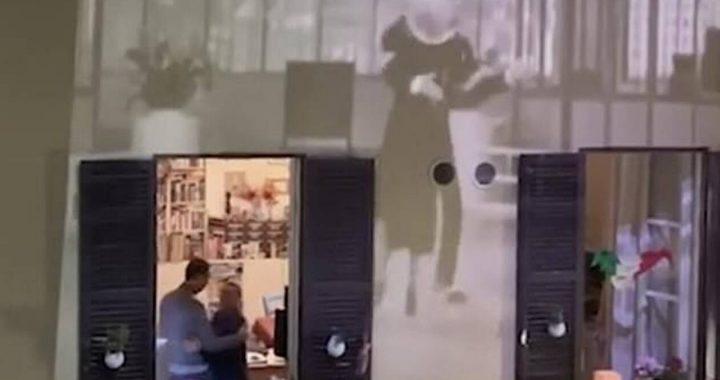 Συγκινητικό βίντεο - Ζευγάρι σε καραντίνα χορεύει αγκαλιά στο παράθυρο του σπιτιού (pics+vid)