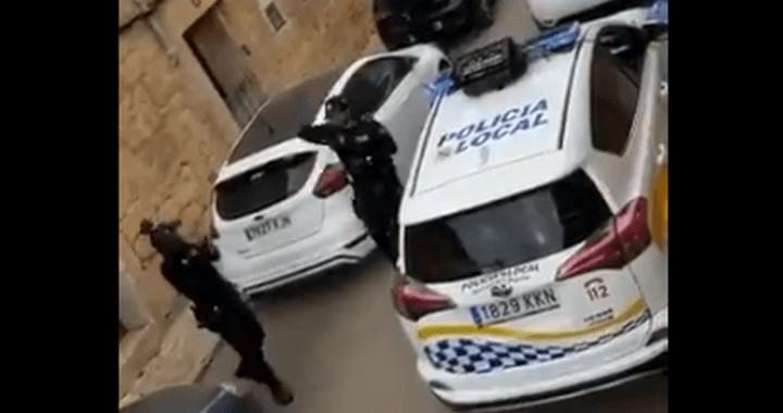 Κορονοϊός Ισπανία: Αστυνομικοί τραγουδούν σε κατοίκους στη καραντίνα και γίνονται viral (vid)