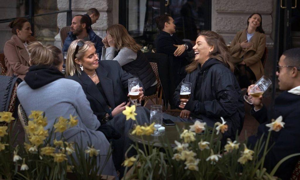Κορονοϊός στη Σουηδία: Μπαρ και εστιατόρια έκλεισαν γιατί παραβίασαν τους κανόνες