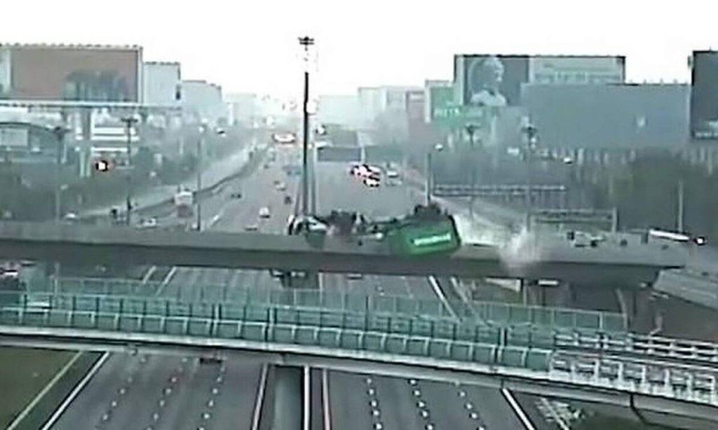Εικόνες σοκ - Νταλίκα έπεσε από γέφυρα σε αυτοκινητόδρομο και διαλύθηκε (pics+vid)