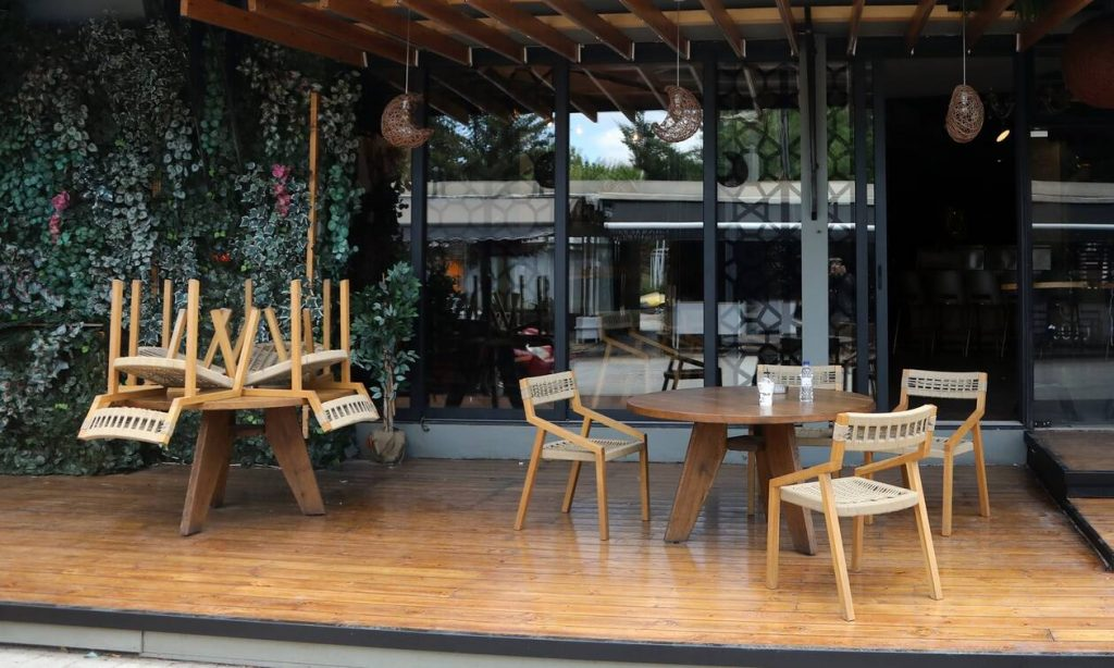 Άρση μέτρων: Πότε και πώς θα λειτουργήσουν οι εσωτερικοί χώροι σε καφέ και εστιατόρια