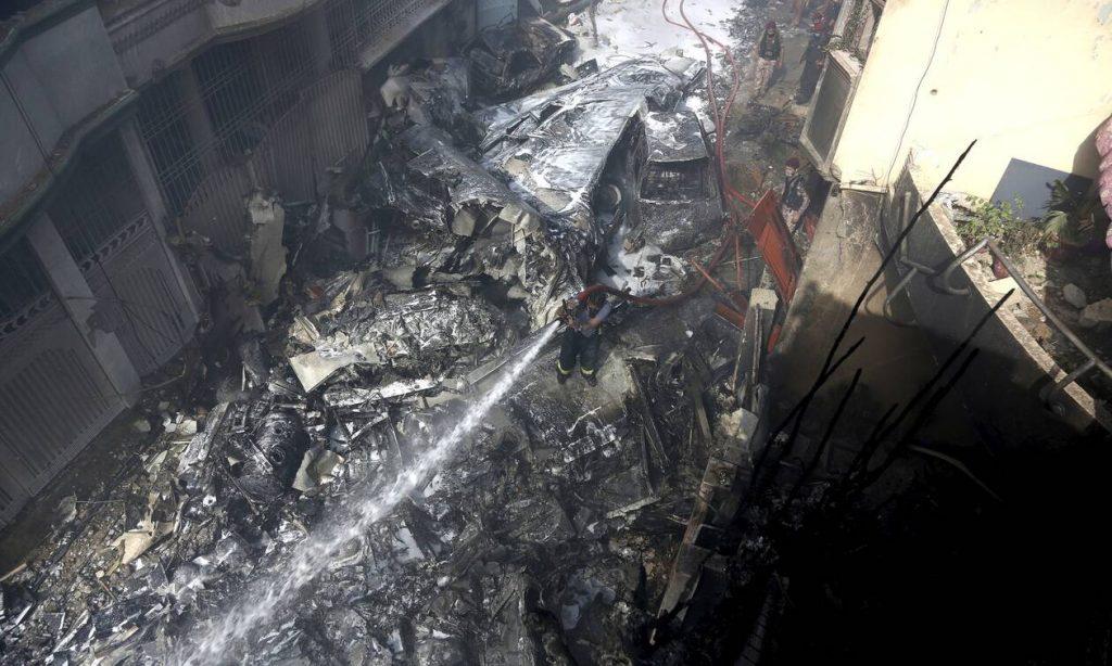 Αεροπορική τραγωδία στο Πακιστάν: Οι πρώτες σκληρές εικόνες από το σημείο της συντριβής