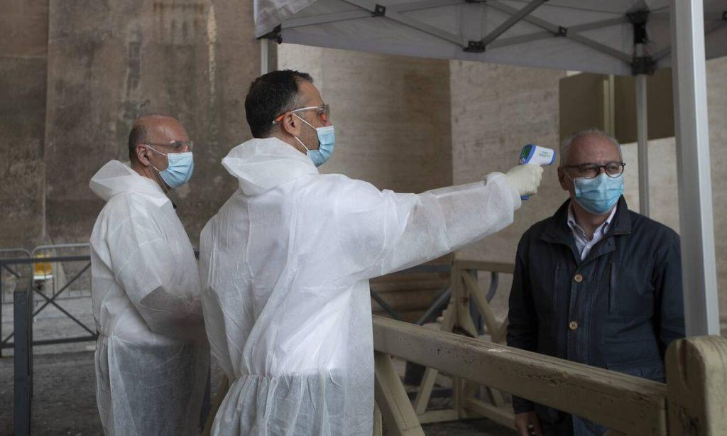 Κορονοϊός: Με θερμομετρήσεις, μάσκες και τη Θεία Κοινωνία... στο χέρι άνοιξε το Βατικανό