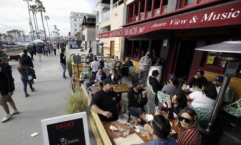 Κορονοϊός στις ΗΠΑ: Ο κυβερνήτης της Καλιφόρνια κλείνει τα μπαρ στο Λος Άντζελες