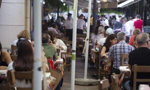 Προνόμια εμβολιασμένων: Πώς θα λειτουργούν μπαρ, εστιατόρια – Τι ισχύει για τα γήπεδα