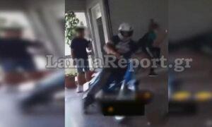 Λαμία: Χαμός σε λύκειο - Μαθητής «μπούκαρε» με μηχανάκι (video)