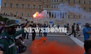 Απεργία: Έξω από τη Βουλή η μεγάλη συγκέντρωση - Καπνογόνα, συνθήματα και «Bella Ciao»