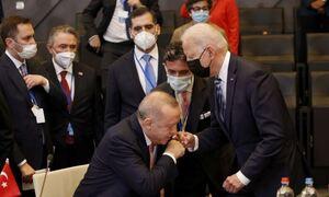 Σύνοδος ΝΑΤΟ: Ο Ερντογάν «φίλησε το χέρι» του Μπάιντεν και έγινε viral
