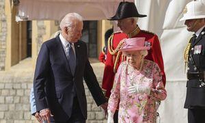 Τζο Μπάιντεν: Όχι μία αλλά τρείς φορές (!) παραβίασε το πρωτόκολλο στα ραντεβού του με τη βασίλισσα