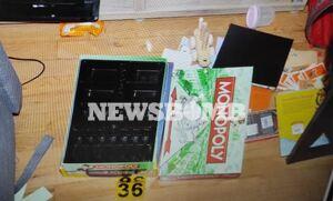 Γλυκά Νερά: Φωτογραφία ντοκουμέντο μέσα από το σπίτι - Το κουτί που «έκρυβε» τα χρήματα ο 33χρονος