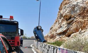 Τροχαίο στα Λιμανάκια Βουλιαγμένης - Αυτοκίνητο «καρφώθηκε» στα βράχια (pics)