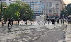 Επεισόδια στο κέντρο της Αθήνας: «Αύρες» και χημικά στο Σύνταγμα σε συγκέντρωση κατά των εμβολίων
