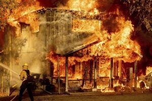 HΠΑ: Πυροσβεστικό περνάει μέσα από την πύρινη «κόλαση» στην Καλιφόρνια - Δείτε το βίντεο