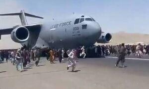 Αφγανιστάν - Βίντεο σοκ: Άνθρωποι πέφτουν στο κενό από αεροπλάνο που απογειώνεται από την Καμπούλ