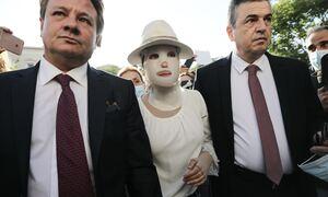 Επίθεση με βιτριόλι: Στο Δικαστήριο με ειδική μάσκα η Ιωάννα Παλιοσπύρου - Συγκλονιστικές οι στιγμές