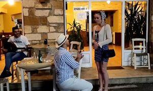 Χανιά: Της έκανε πρόταση γάμου στην ταβέρνα και εκείνη είπε το «ναι» με το... ζόρι